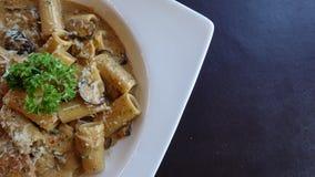 Fettuchini italiano con la salsa del parmigiano sulla ciotola, qualsiasi generi di spaghetti fotografie stock