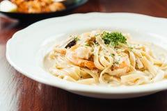 fettucine白色奶油沙司用虾和蘑菇 免版税库存图片