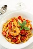 Fettucine o pasta con il pomodoro ed il gamberetto Fotografia Stock