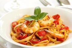 Fettucine o pasta con il pomodoro ed il gamberetto Fotografie Stock Libere da Diritti