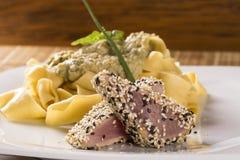 Fettucine pasta med vit sås och torskfisken royaltyfria foton