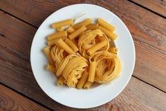 Fettucini cru d'un plat blanc Photo libre de droits