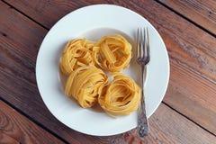 Fettucini cru d'un plat blanc Image libre de droits