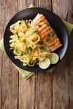 Fetuccini ζυμαρικών με το τυρί τυριού Cheddar και ψημένος στη σχάρα σολομός σε ένα plat Στοκ Φωτογραφίες