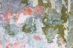 Fetzen einer mehrfarbigen alten Farbe auf einer Oberfläche einer Steinwand lizenzfreies stockfoto
