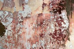 Fetzen einer mehrfarbigen alten Farbe auf einer Oberfläche einer Steinwand lizenzfreie stockfotos