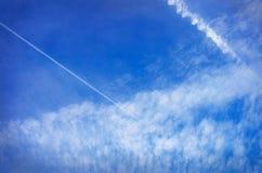 Fetzen von Wolken am schönen blauen Himmel stockfoto