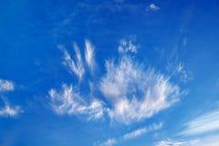 Fetzen von Wolken am schönen blauen Winterhimmel stockfoto