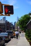 Feu d'arrêt de feu de signalisation piétonnière à New York du centre ne signalant aucun croisement photographie stock libre de droits