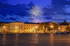 Feu d'artifice au-dessus d'amirauté principal St Petersburg Images stock