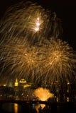 Feu d'artifice au-dessus de fleuve de Vltava Photo stock