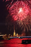 Feu d'artifice dans Sankt-Peterburg Russie Image stock