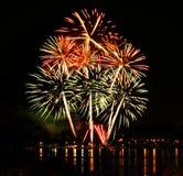 Feu d'artifice de célébration dans un ciel nocturne Images stock