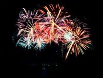 Feu d'artifice de célébration dans un ciel nocturne Image libre de droits