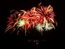 Feu d'artifice de célébration dans un ciel nocturne Image stock