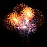 Feu d'artifice de célébration dans un ciel nocturne Photos libres de droits