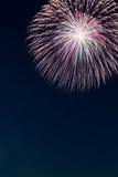 Feu d'artifice de célébration de nouvelle année, l'espace de copie avec le feu d'artifice coloré Photos stock