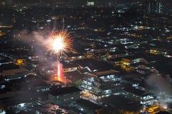 Feu d'artifice de scintillement éclatant au-dessus du voisinage asiatique photo libre de droits