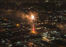 Feu d'artifice de scintillement éclatant au-dessus du voisinage asiatique photos libres de droits