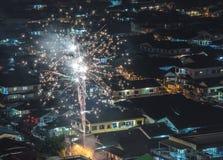 Feu d'artifice de scintillement éclatant au-dessus du voisinage asiatique photo stock