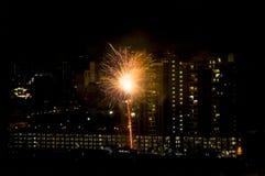 Feu d'artifice de scintillement éclatant au-dessus de Kuala Lumpur et de Petaling Jaya image stock