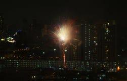 Feu d'artifice de scintillement éclatant au-dessus de la ville de nuit images libres de droits
