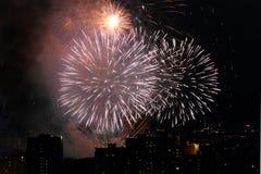 Feu d'artifice de vacances au ciel nocturne au-dessus de la ville photos libres de droits