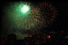 Feu d'artifice de vacances au ciel nocturne au-dessus de la ville photographie stock