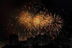 Feu d'artifice de vacances au ciel nocturne au-dessus de la ville photo stock