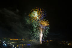 Feu d'artifice en l'honneur de l'anniversaire 430 de la ville de Tyumen siberia Russie 31 juillet 2016 Images stock