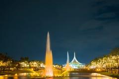 Feu d'artifice en parc avec le jardin et la fontaine Images stock