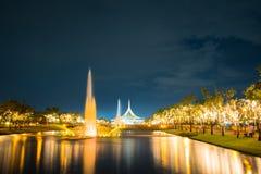 Feu d'artifice en parc avec le jardin et la fontaine Photographie stock libre de droits