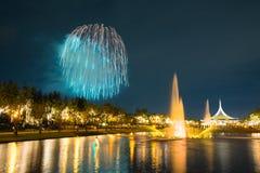Feu d'artifice en parc avec le jardin et la fontaine Image libre de droits