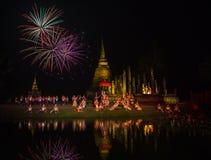 Feu d'artifice en parc historique de Sukhothai Photographie stock libre de droits