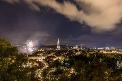 Feu d'artifice la nuit dans la vieille ville de Berne Photos libres de droits