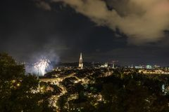 Feu d'artifice la nuit dans la vieille ville de Berne Image stock