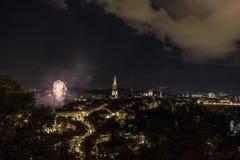 Feu d'artifice la nuit dans la vieille ville de Berne Photo stock