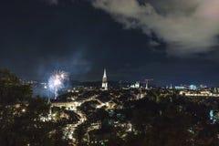 Feu d'artifice la nuit dans la vieille ville de Berne Photographie stock