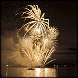 Feu d'artifice lumineux de célébration en ciel Images libres de droits