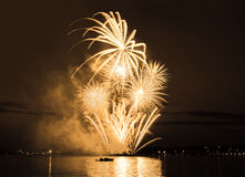 Feu d'artifice lumineux de célébration en ciel Photo stock