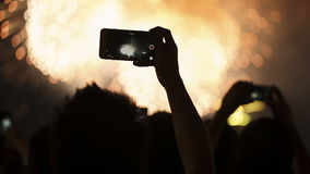 Feu d'artifice, public, smartphones Milieux de vacances banque de vidéos
