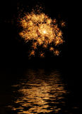 feu d'artifice reflété photo libre de droits