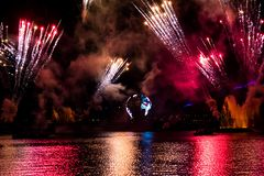Feu d'artifice sur des réflexions d'illuminations de la terre dans Epcot chez Walt Disney World Resort 3 images stock