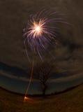 Feu d'artifice, une fusée simple Photo libre de droits