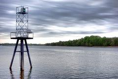 Feu de balisage vert de navigation maritime sur la rivière Image libre de droits