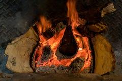 Feu de bois brûlant dans une taverne britannique traditionnelle photo stock