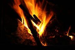 Feu de bois brûlant Image libre de droits