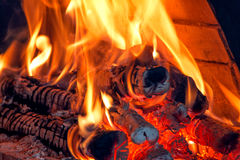 Feu de bois brûlant avec les braises rougeoyantes Photo stock