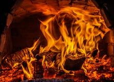 Feu de bois confortable en cheminée Photographie stock libre de droits