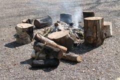 Feu de bois en bois extérieur photographie stock